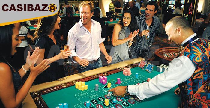 بازیکنان دور یک میز قمار در یک کازینو