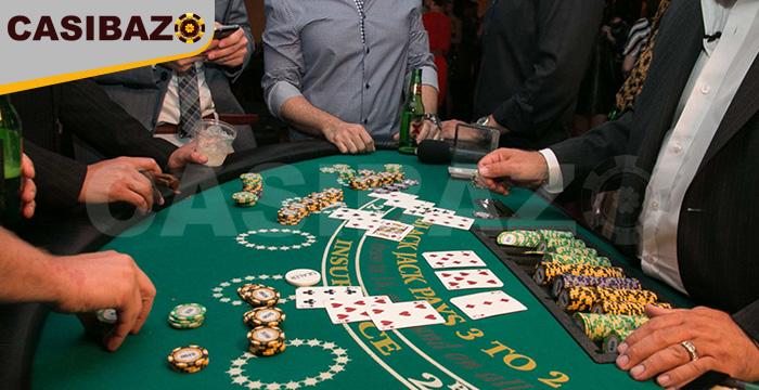 افراد دور یک میز در حال بازی بلک جک